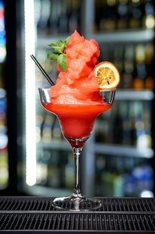 Sorvete de frutas em um copo