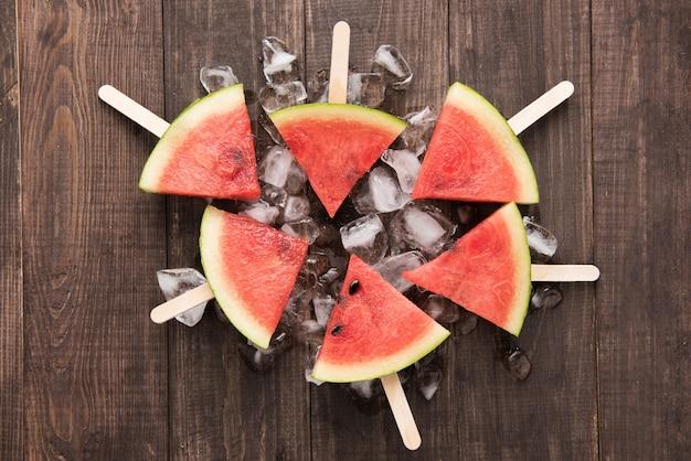 Sorvete de frutas fatias de melancia na mesa de madeira