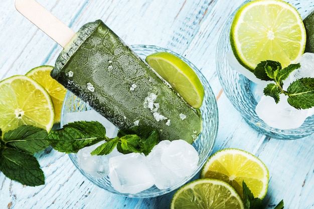 Sorvete de frutas no palito com limão e limão