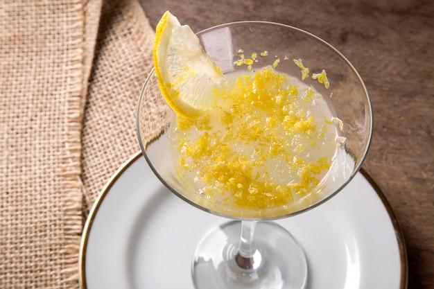 Sorvete de limão em um fundo de madeira