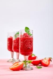 Sorvete de morango refrescante de verão, bebida granita granita