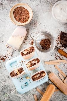 Sorvete de picolé de tiramisu. gelato aparece com biscoitos italianos savoiardi