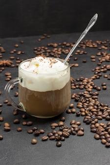 Sorvete e copo com café. grãos de café espalhados na mesa. bebida quente de verão.