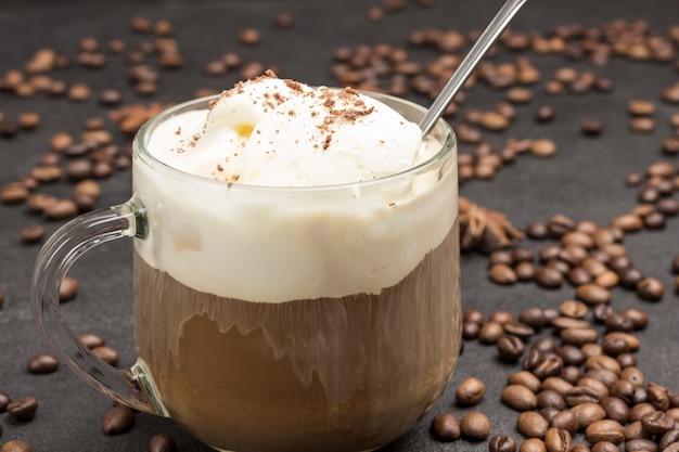 Sorvete e copo com café. grãos de café espalhados na mesa.