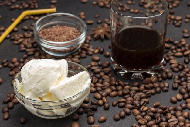 Sorvete e copo com café. grãos de café espalhados