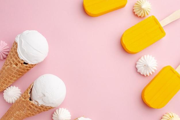 Sorvete e sorvete no palito com cópia-espaço