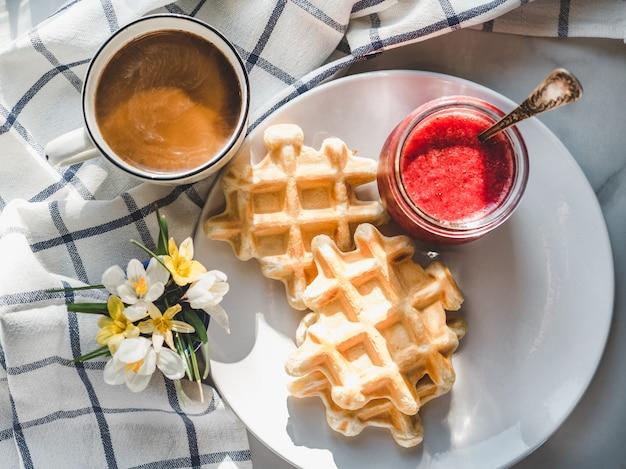Sorvete e waffles perfumados. fechar-se