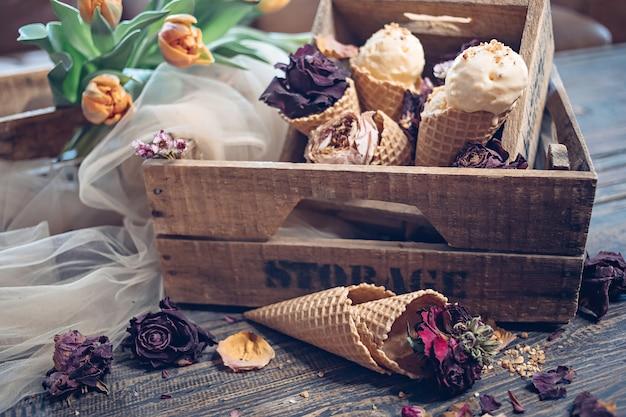 Sorvete em caixas de madeira e tulipas primavera de cor laranja