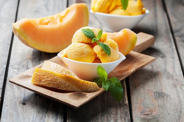 Sorvete fresco com melão e hortelã