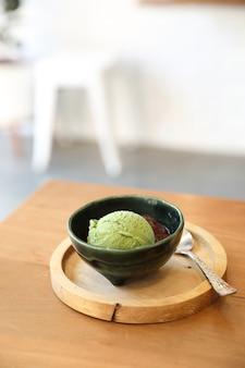 Sorvete japonês de chá verde com cobertura de feijão vermelho na mesa de madeira na cafeteria Foto Premium