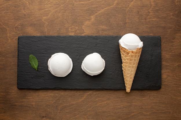Sorvete no cone com copos de sorvete