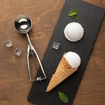 Sorvete no cone com uma colher de sorvete