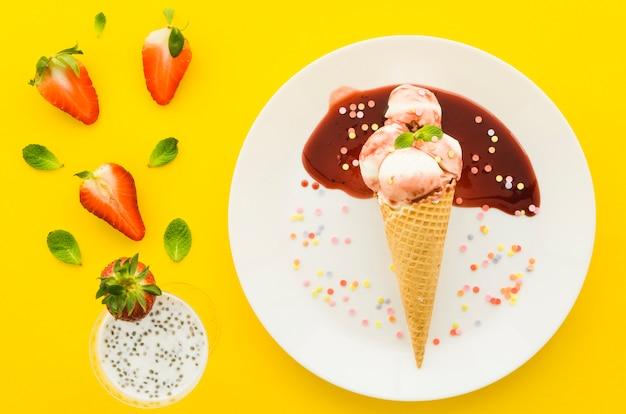 Sorvete no cone waffle com milk-shake