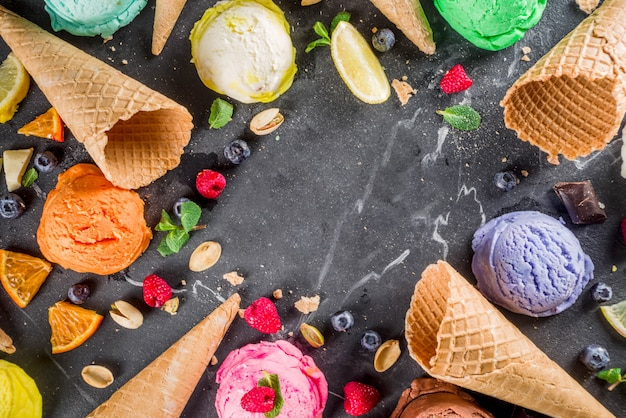 Sorvete pastel colorido com cones de waffle