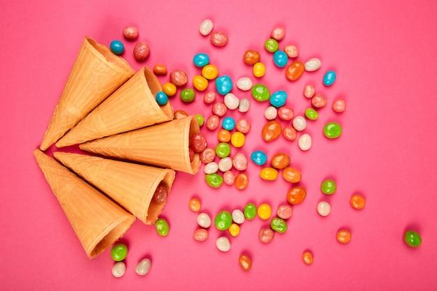 Sorvete waffles cones com doces coloridos