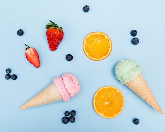 Sorvetes de vista superior com frutas