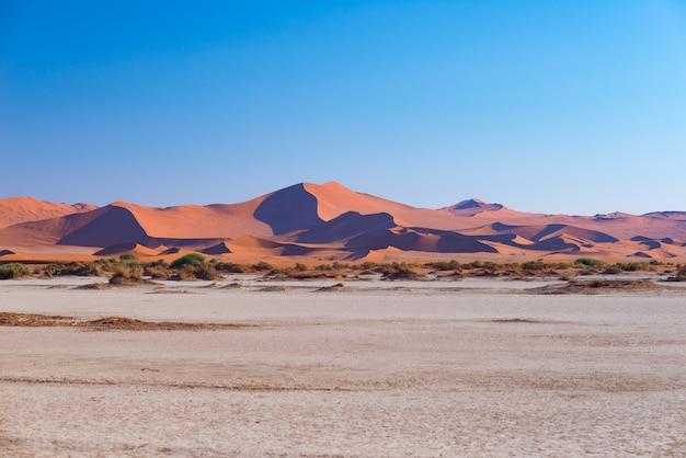 Sossusvlei namíbia, destino de viagem na áfrica. dunas de areia e panela de sal de barro.