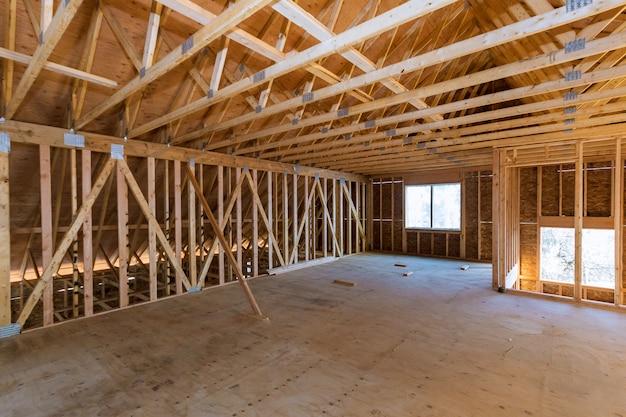 Sótão da casa sob paredes de construção e material de teto em moldura de madeira