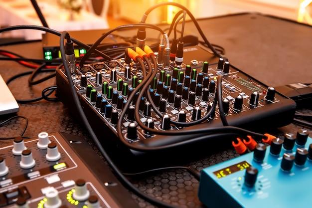 Soundbar digital e outros equipamentos de áudio antes do evento na mesa.