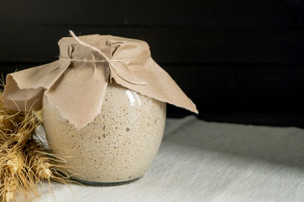 Sourdough ativo do centeio em um frasco de vidro para o pão caseiro.