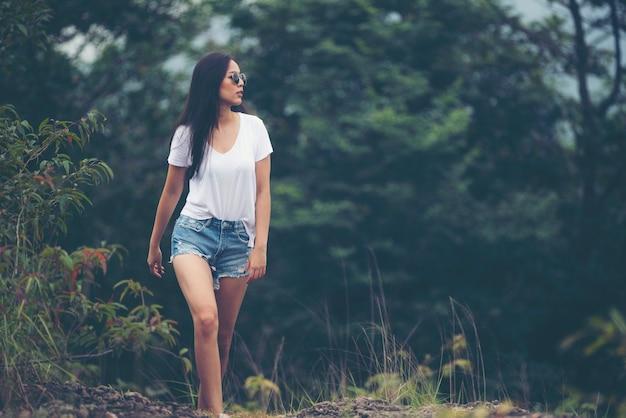 Sozinho menina asiática andando na floresta