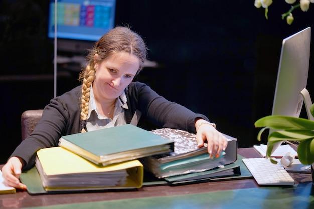 Sozinho trabalhando no escritório com muitos documentos. gritando e gritando por maus resultados
