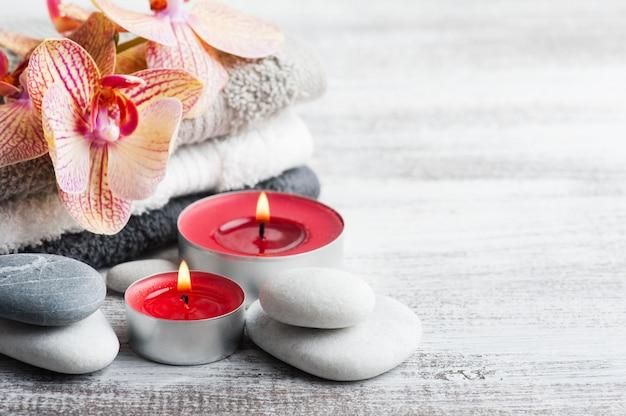 Spa ainda vida com seixos e orquídea laranja vermelha