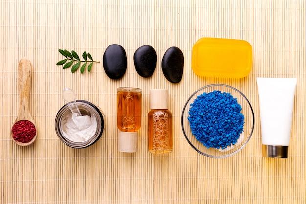 Spa beauty care concept. beautiful various products spa set for care. vista de produtos de spa a partir de cima.