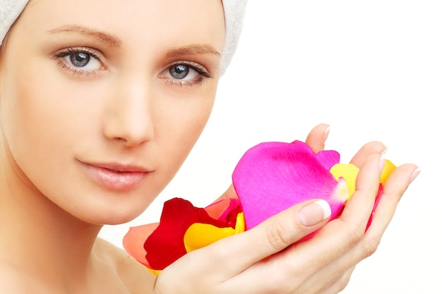 Spa beauty - mulher com pétalas de rosa