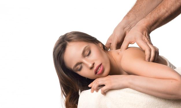Spa beleza pele tratamento mulher toalha branca. massagistas mãos massageando o pescoço da mulher.