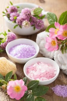 Spa com sal rosa de ervas e trevo de flores de rosas silvestres