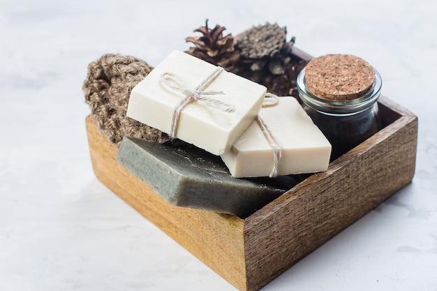 Spa, conceito de corpo de skincare de beleza. sabonete artesanal, esfoliação corporal de café e pincel para o corpo em madeira