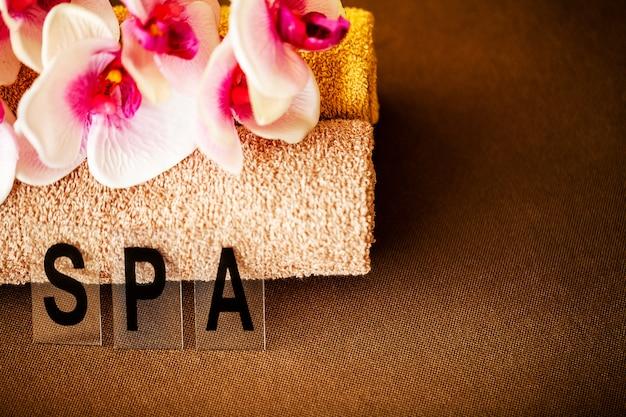 Spa de chocolate. toalha marrom de composição no quarto de hotel de tratamento de spa