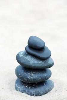 Spa de equilíbrio de pedras zen na praia