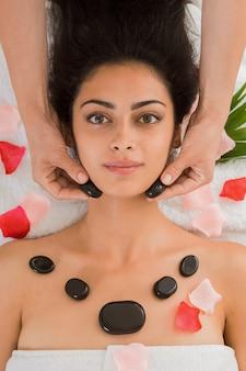 Spa de massagem de pedra para mulher no centro de bem-estar, closeup