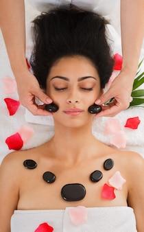 Spa de massagem de pedra para mulher no centro de bem-estar, vista superior