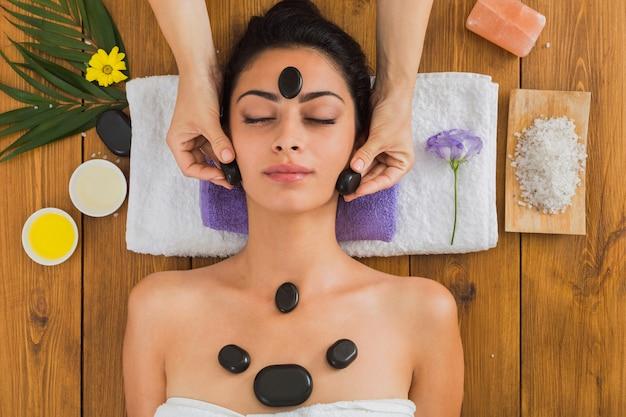 Spa de massagem de pedra para mulher no centro de bem-estar