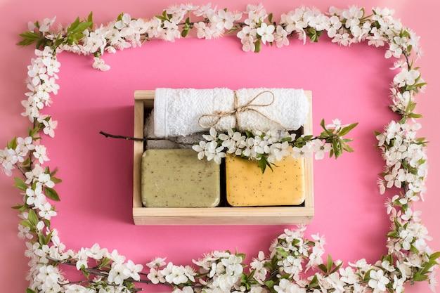 Spa de primavera ainda vida na parede rosa isolada com flores da primavera