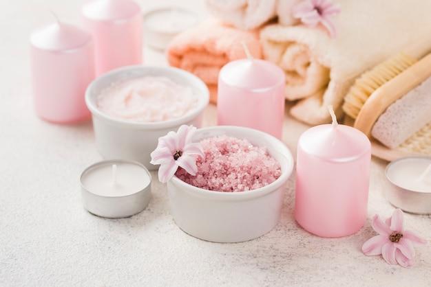 Spa de sal de aromaterapia de close-up com velas
