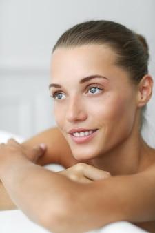 Spa e beleza. mulher bonita em um banheiro