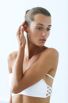 Spa e beleza. mulher linda em biquíni branco