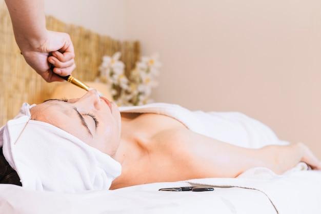 Spa e massagem conceito com mulher relaxada