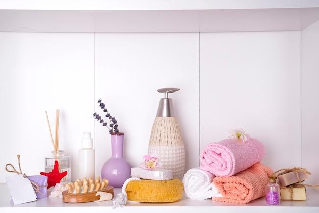 Spa e wellness configuração com toalhas. produtos da natureza dayspa