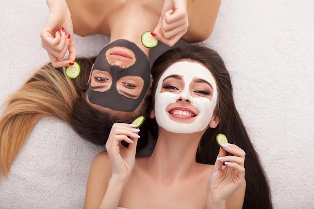 Spa. grupo mulher recebendo máscara facial e fofoca