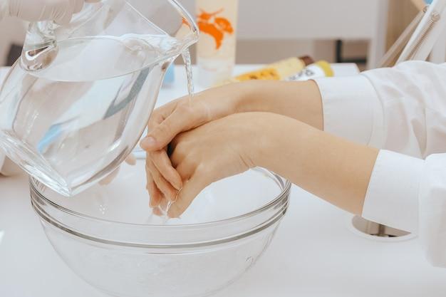 Spa manicure em processo