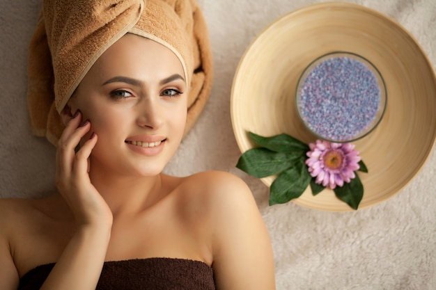 Spa. mulher, desfrutando, anti envelhecimento, facial, massagem