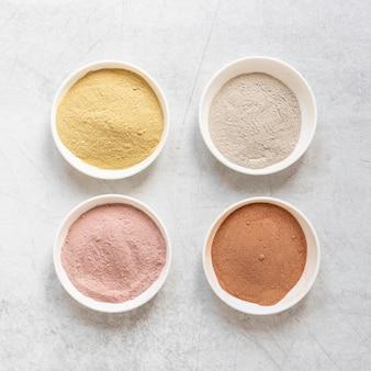 Spa natural de areia colorida em diferentes tigelas