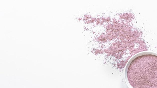 Spa natural de areia violeta em tigela