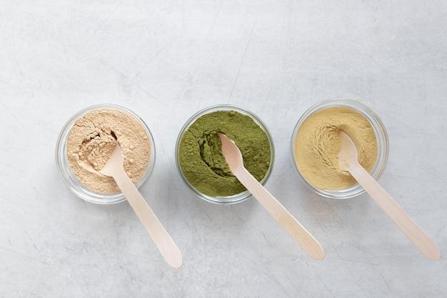 Spa natural de diferentes cores de areia em taças