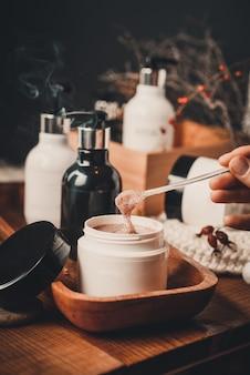 Spa natural, esfoliante, peeling com sal marinho e açúcar natureza morta. produtos cosméticos de spa orgânicos e conceito de cuidado natural da pele